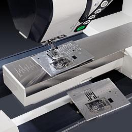Hvis du syr patchwork, ved du godt, at en ligesømsstingplade er en rigtig god ide. Men somme tider er det træls at skulle finde skruetrækkeren frem for at skifte. Men på Janome Horizon Memory Craft 12000, kan du skifte stingplade med et tryk på en knap!