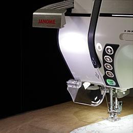 Mangler du indimellem lidt lys ved symaskinen? -Intet problem: Træk lampen ud og få lys lige der, hvor du har brug for det; ved nålen. Horizon 12000 leveres også med en lup, som kan monteres på maskinen, hvis det skal være meget nøjagtigt....eller det bare er blevet lidt sent.