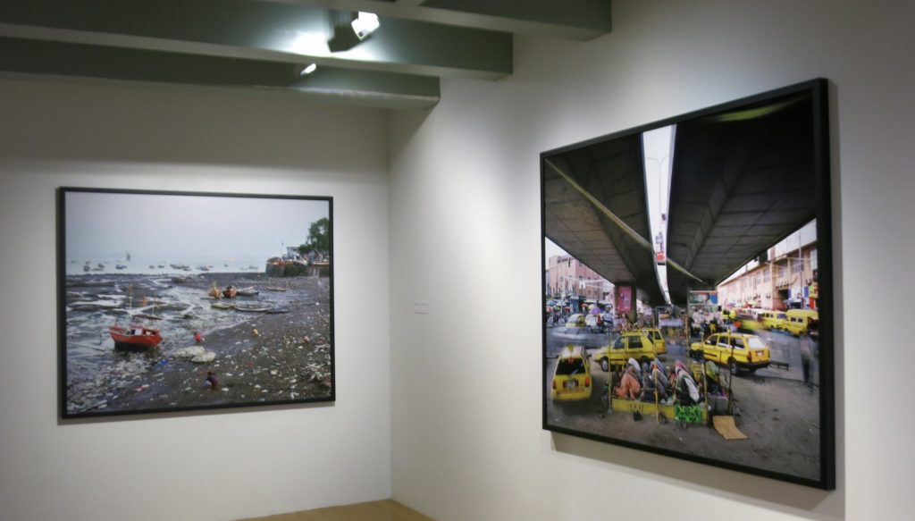 The photo on the right shows Muslims praying on a street corner. The photo on the left is of a shore in India, littered with trash, where several people defecating are visible. Huis Marseille Museum for Photography