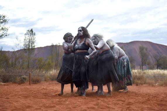 El tradicional baile de una mujer de la región de Uluru en el norte de Australia. / EFE