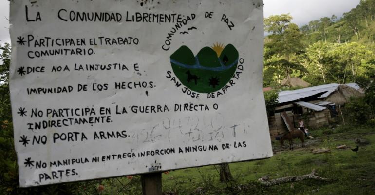 Cartel situado en la entrada de una de las veredas de la Comunidad de Paz en el que se describe de forma general los principios de la Comunidad.