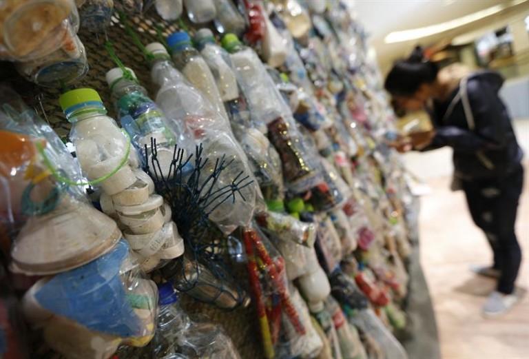 """Una obras de la exposición """"Heart for the Ocean: Break Free from Plastic"""" en Bangkok. EFE/Narong Sangnak"""
