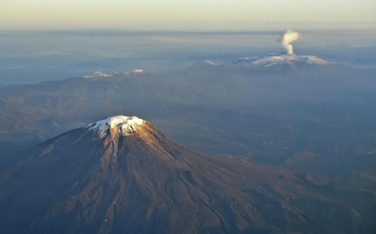 El volcán Nevado del Tolima y el Nevado del Ruiz (d), con una columna de humo el 21 de noviembre de 2016 en Colombia AFP/Archivos / Luis Robayo