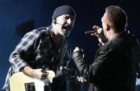 """The Edge y Bono de U2 en un concierto en el Rose Bowl en Pasadena, EEUU, oct  25, 2009. """" REUTERS/Mario Anzuoni"""