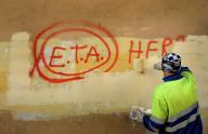 En la imagen, un trabajador municipal borra un grafitti  sobre ETA el 21 de octubre de 2011. REUTERS/Vincent West