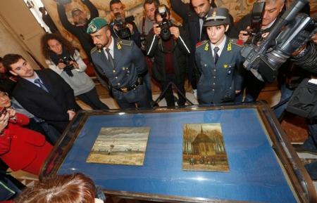 En la imagen de archivo, las dos obras de Vincent Van Gogh robadas hace 14 años, son exhibidas en una conferencia de prensa tras su recuperación en Capodimonte, Italia REUTERS/Ciro De Luca