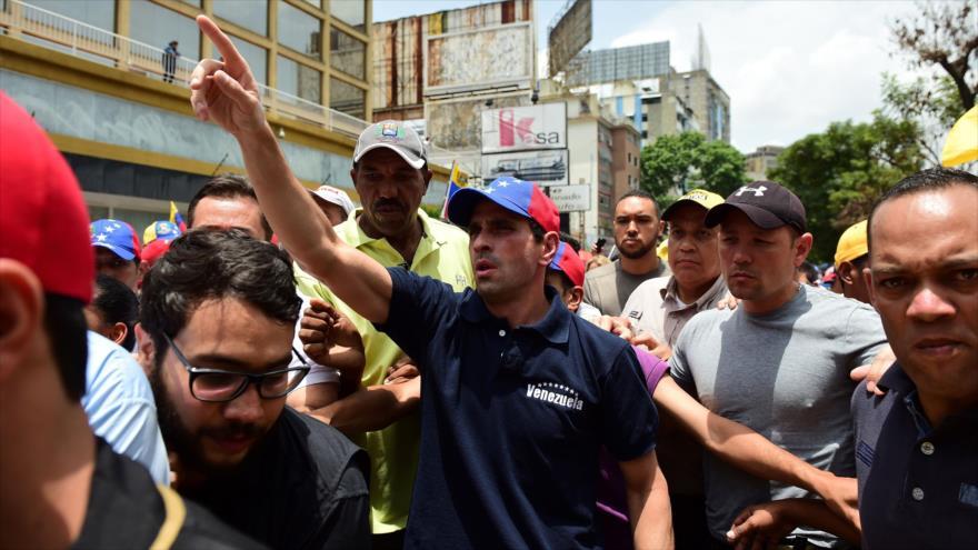 El dirigente derechista de Venezuela Henrique Capriles, durante una marcha de la oposición en Caracas, capital venezolana, 19 de abril de 2017.