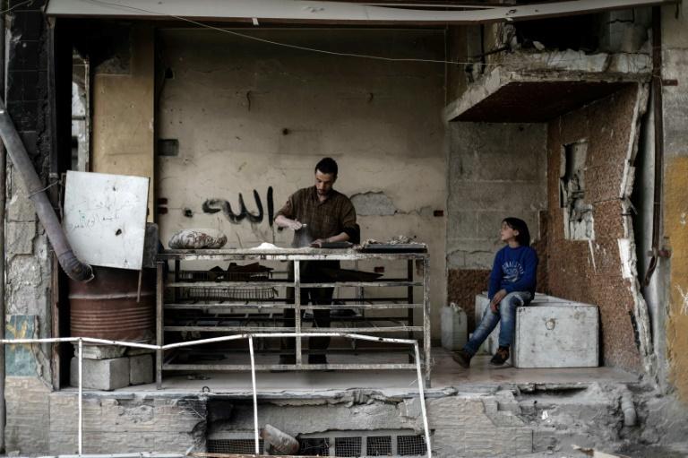 Un sirio amasa pan en su destrozada panadería de Duma, a las afueras de Damasco, el 13 de abril de 2017 AFP / Sameer Al Doumy