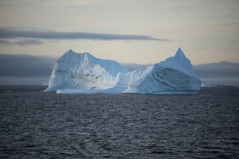 Un iceberg flota en aguas antárticas el 2 de marzo de 2016 AFP/Archivos / Eitan Abramovich