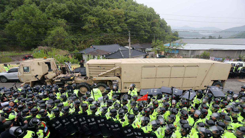 Un vehículo militar de EEUU que forma parte del sistema de defensa antimisiles THAAD arriba a Seongju, Corea del Sur, el 26 de abril de 2017. Kim Jun-beom/Yonhap vía Reuters