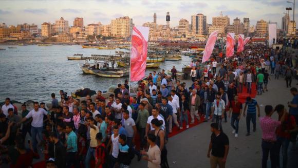 Palestinos en Gaza caminan por la alfombra roja para inaugurar la tercera edición de un festival de cine, 12 de mayo de 2017.
