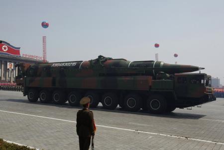 Un misíl es llevado por un vehículo militar en una parada militar en Pyongyang. Corea del Norte acusó el martes a Estados Unidos de acercar a la península coreana al borde de una guerra nuclear luego de que un par de bombarderos estratégicos estadounidenses volaron sobre la zona en un simulacro de entrenamiento con la Fuerza Aérea surcoreana.REUTERS/Bobby Yip