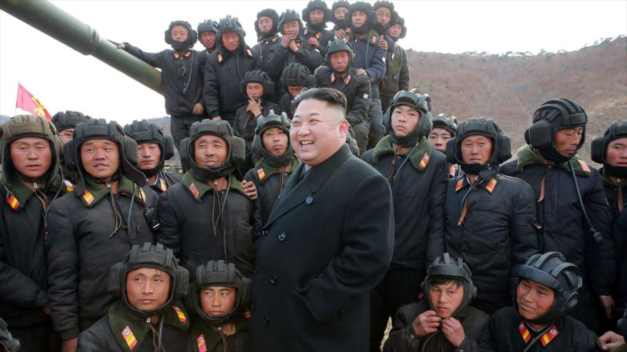 Esta foto publicada el 1 de abril de 2017 por la agencia oficial de noticias de Corea del Norte (KCNA) muestra al líder norcoreano, Kim Jong-un (C) inspeccionando la competencia del equipo de tanques del Ejército en un lugar no revelado.