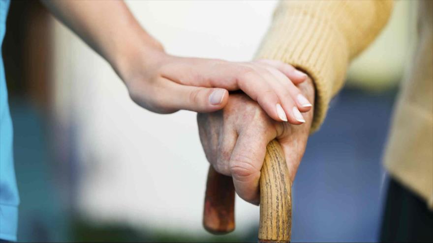 La enfermedad de Parkinson causa daños progresivos en el cerebro que generan temblores y dificultades para el movimiento.