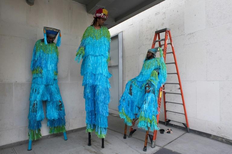 Unos bailarines en zancos forman parte de la propuesta artística que llenó de baile y color la explanada de la ONU en el Día Mundial de los Océanos, en Nueva York, el 8 de junio de 2017