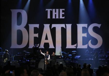 """Paul McCartney y Ringo Starr hacen un concierto recordando a """"los Beatles"""" en Los Ángeles, Estados Unidos. 27 de enero 2014.  The Beatles volvieron al ranking Billboard 200 con la reedición del 50 aniversario de su álbum """"Sgt. Pepper's Lonely Hearts Club Band"""", de acuerdo a datos dados a conocer el lunes por Nielsen SoundScan.   REUTERS/Mario Anzuoni"""