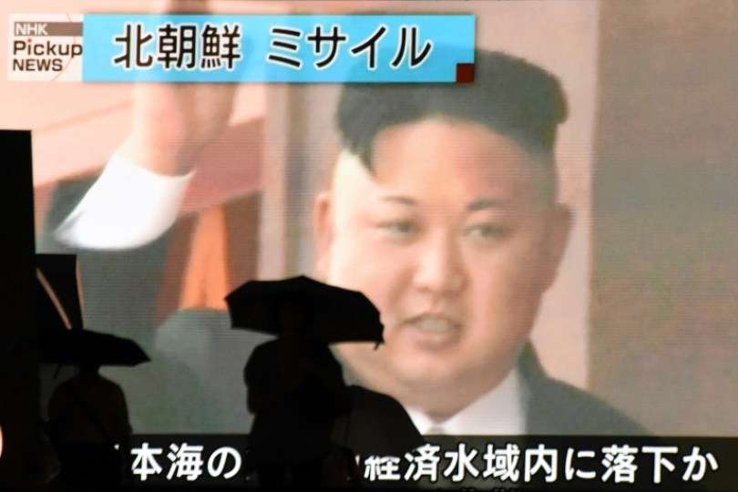 La imagen del presidente norcoreano, Kim Jong-Un, difundida en una pantalla gigante en Tokio, el 4 de julio de 2017 AFP / Kazuhiro NOGI
