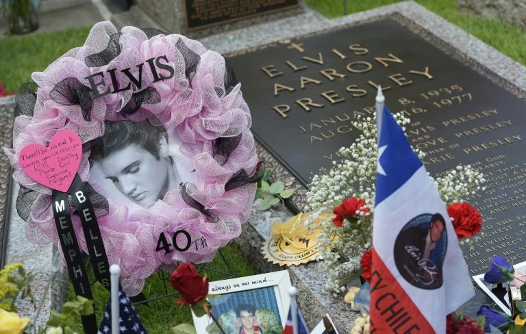 La tumba de Elvis Presley en su mansión de Graceland, en la ciudad de Memphis (Tennessee), el 12 de agosto de 2017 AFP / Mandel Ngan