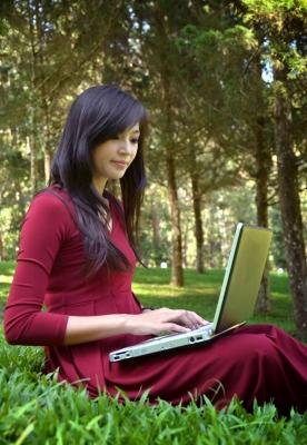 Jeune femme avec un ordinateur portable