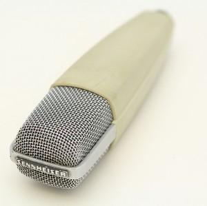 Le Sennheiser MD421 est sans conteste l'un des micros les plus utilisés dans les studios de radio à travers le monde. Photo de PJ sous licence Creative Commons 3.0 via Wikimedia Commons.