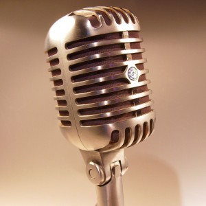 """Le Shure 55SH, un microphone popularisé par Elvis """"The King"""" Presley pendant une bonne partie de sa carrière.  Photo de Holger.Ellgaard sous licence Creative Commons 3.0 via Wikimedia Commons."""