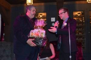 Peter Hominuk de l'Assemblée de la francophonie de l'Ontario reçoit un cadeau de remerciement des mains de notre président , Paul Demers.