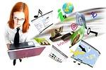 Jeune femme à lunettes devant un ordinateur