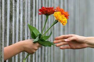 Donner un bouquet de fleurs