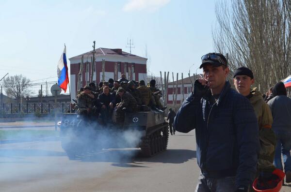 un tank ucraino issa la bandiera russa