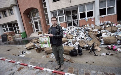Charlie-Hebdos-publisher-Charb-in-front-of-the-magazines-offices-which-were-destroyed-by-a-petrol-bomb-attack-in-2011-foto-Telegraph