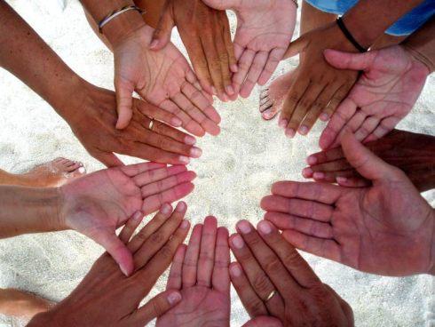 Comunione-con-tutti-mani