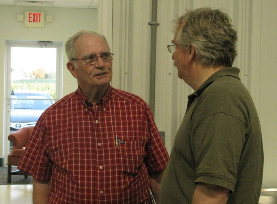 Scott Marlow, Executive Director of RAFI, speaks to a farmer from Pitt County