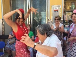 Bailando con una señora de ochenta años, que no pierde el espíritu rociero. Anécdotas del Camino.