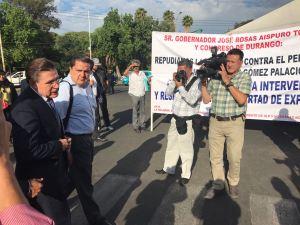 El gobernador Rosas Aispuro llegando al monumento a Francisco Zarco.