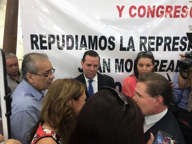 El diálogo entre el periodista Juan Monrreal, a la izquierda, Álvaro Delgado, al centro, y el gobernador Rosas Aispuro, en el extremo derecho.