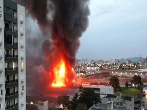 Incêndio atinge distribuidora de medicamentos em São José