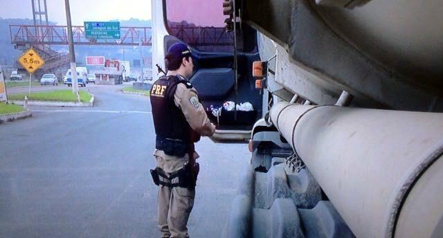Motorista de veículo com produtos perigosos é detido por certificado de curso falso na BR 470 em Blumenau