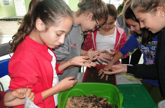 Alunos participam de oficinas de compostagem com minhocas