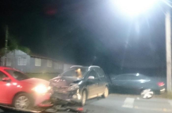Carros colidem no bairro Amizade em Jaraguá do Sul