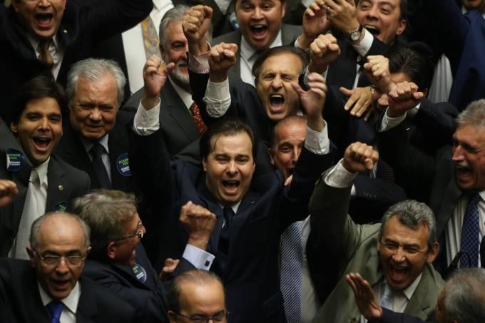 Rodrigo Maia vence Rosso no 2º turno e é eleito presidente da Câmara