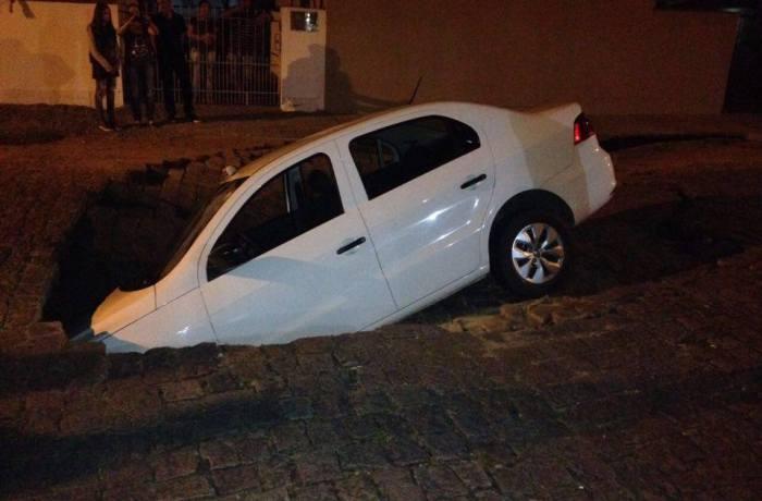 Táxi cai em cratera em Jaraguá do Sul