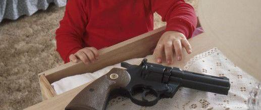 Criança dispara arma de fogo contra a própria perna em Jaraguá do Sul