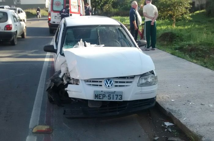 Carro perde o controle e bate em poste em Jaraguá do Sul