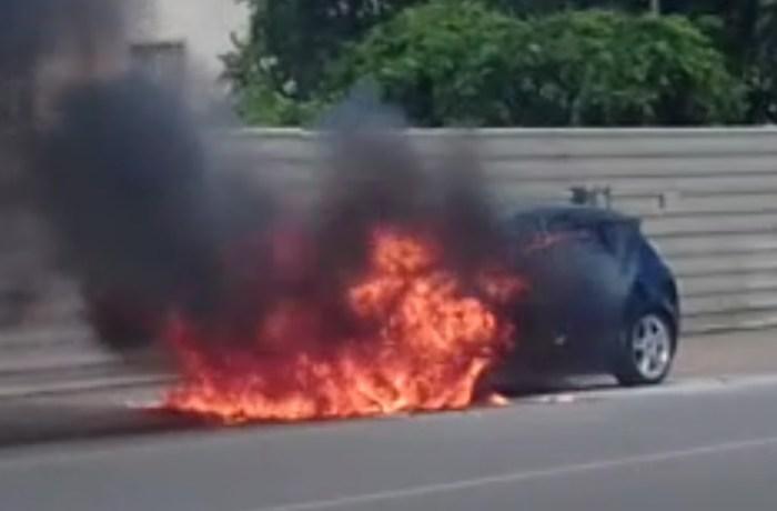 Incêndio em veículo na Barra do Rio Molha