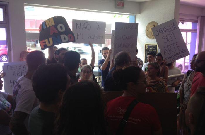 Classe artística realiza protesto na Câmara de Vereadores de Jaraguá do Sul
