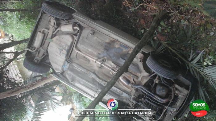 Motorista sem CNH capota carro em Guaramirim