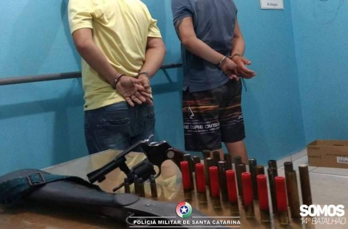 Três são detidos em ocorrência de comércio ilegal de arma de fogo em Jaraguá do Sul