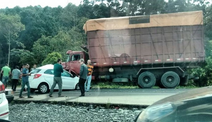 Carro e caminhão batem na BR-280, em Guaramirim