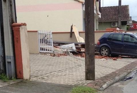 Colisão de carro em muro é atendida pelos bombeiros na Ilha da Figueira