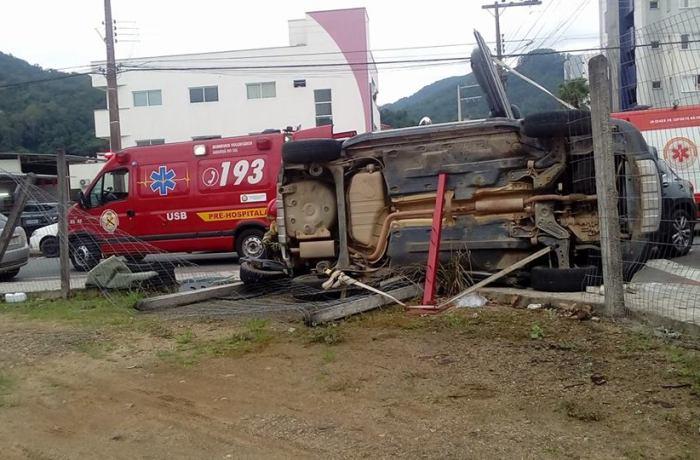 Vítimas de acidente entre carros são conduzidas ao hospital de Jaraguá